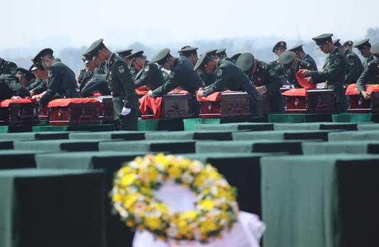 外媒关注:中国迎回117位志愿军烈士遗骸