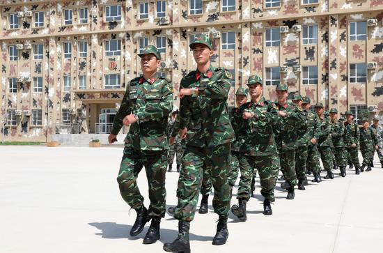 越南参赛队员迈着整齐的步伐进入营区(罗兴仓摄影)