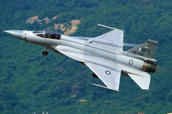 中国军迷喜欢称枭龙战斗机为幼龙,和大龙歼20不同开,实在有理