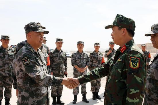 越南参赛队抵达库尔勒赛区(罗兴仓摄影)