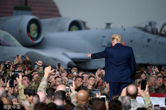 6月30日,韩国平泽,特朗普访问乌山空军基地,向驻韩美军发表演说 图自视觉中国