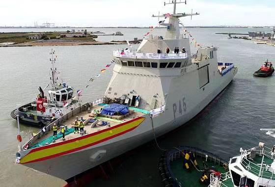 俄罗斯海军军舰在黑海追踪一艘西班牙参加军演巡逻舰