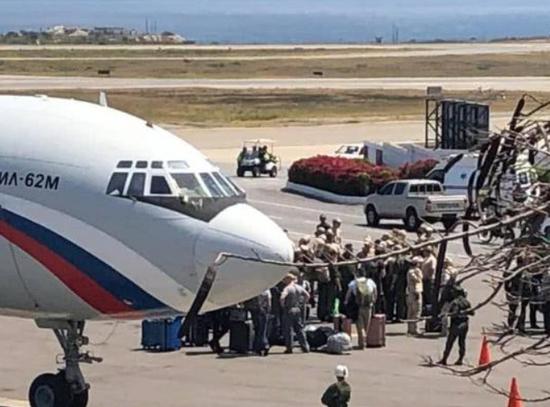 到达的人员里不少人身穿土黄色的俄军热带作战服