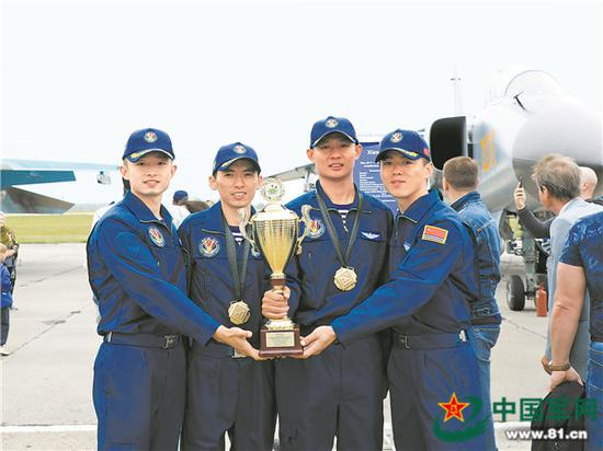 我海军航空兵获奖机组和备份机组合影留念。高宏伟 摄