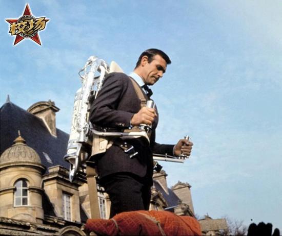 肖恩·康纳利( Sean Connery)穿着贝尔的火箭背包摆拍,实际上是Bill Suitor和特技演员Gordon Yeager出演