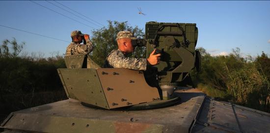 在美墨边境执勤的国民警卫队士兵正在利用车载光电系统监视边境,国民警卫队在美国享有同陆军一样的装备和编制,是正规军 图源:福克斯新闻网
