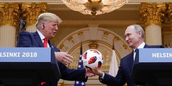 普京送给特朗普的那个世界杯足球 被送去安检了(图)