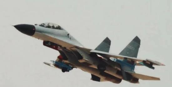 美媒:歼11BS挂神秘导弹 外形修长配十字形弹翼 挂导弹飞机