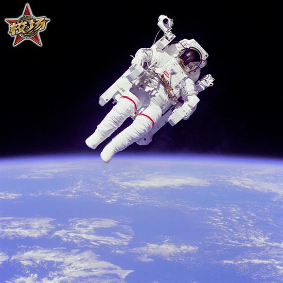 这张经典照片,就是美国宇航员布鲁斯·麦坎德利斯在 1984 年STS-41-B任务期间使用载人机动装置