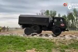 通过鹅卵石路的俄罗斯卡玛斯53501卡车