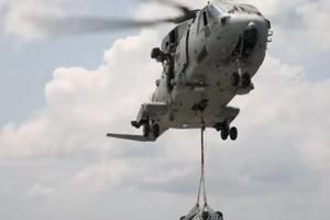 实拍:英国海军航母打击群在南海活动时的垂直补给