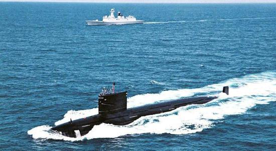 国内军事杂志发布的093型核潜艇与054A型护卫舰在印度洋航行照片。