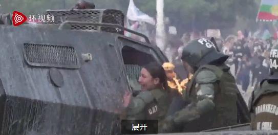 智利女警被示威者燃烧瓶击中 全身着火表情痛苦(图)