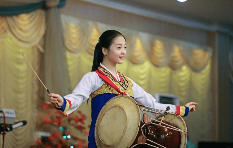 朝鲜女屄_揭秘朝鲜餐厅女服务员 能歌善舞老外看呆