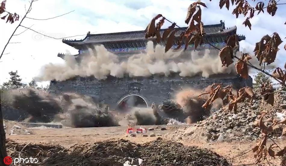 河南邓州一作业吊车倾覆砸中车辆 官方:事故已致1死1伤