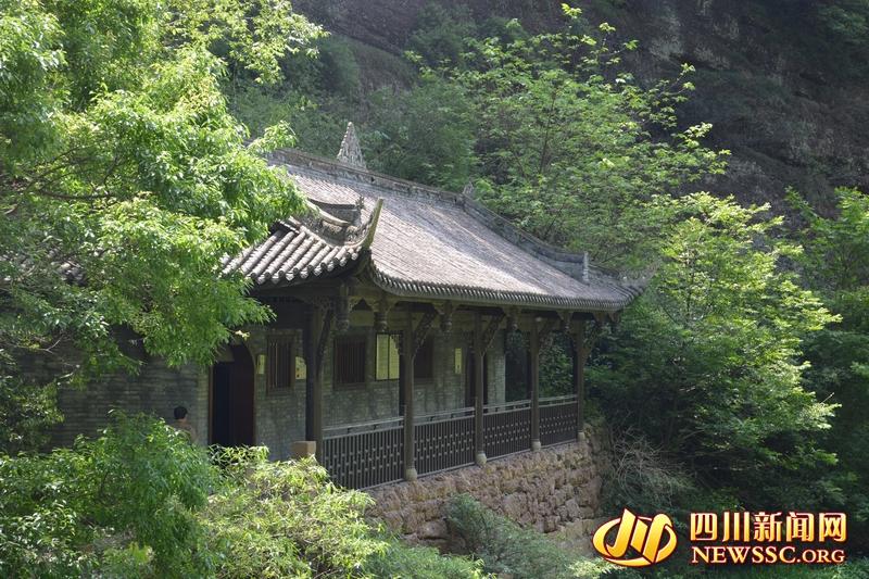 武汉:公墓进行集体代祭扫 鲜花寄哀思