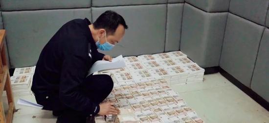 """警方在清点缴获的假币。近年来小面额假币更""""畅销""""。"""