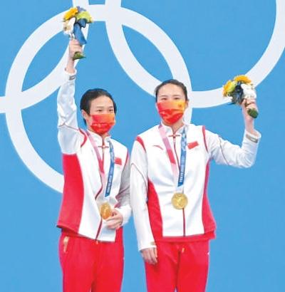 施廷懋(左)和王涵在颁奖仪式上。本报记者 王霞光摄