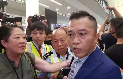 """由京抵港的梁先生被激进示威者围堵大骂""""垃圾"""""""