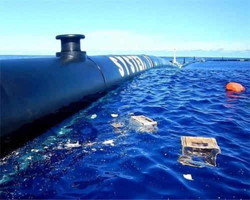 图为浮动屏障威尔森在修整海洋垃圾