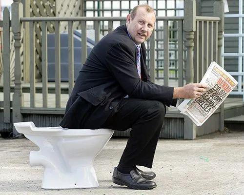 抽水马桶的发明对人类健康贡献良多。图为2005年9月23日,世界厕所峰会在英国贝尔法斯特举走,来自美国、欧洲、澳大利亚以及亚洲国家的350余名代外参添。