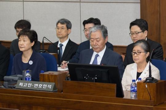 去年5月23日,朴槿惠与崔顺实同庭受审