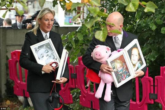 一只粉紅豬小妹——小莉婭最喜歡的玩具——和孩子們的照片一起被帶到圣保羅教堂。