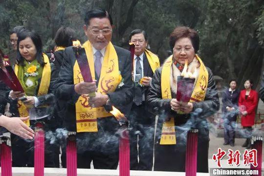 原料图:2013年祭拜黄帝陵时,江丙坤与夫人上香。阿琳娜 摄