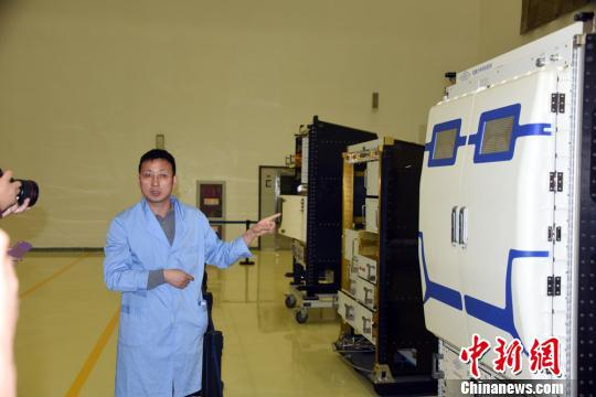 中科院空间应用中心集成技术中心主任王珂研究员向媒体介绍中国空间站科学实验柜研制相关情况。 孙自法 摄