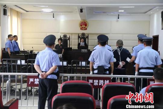 图为法院向郭成林宣读执行死刑命令。法院供图