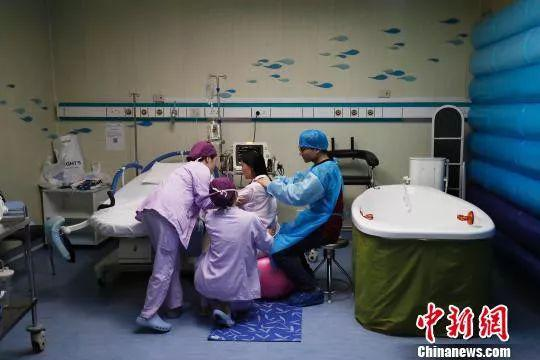 资料图:一名产妇正在医院待产 图文无关 殷立勤 摄