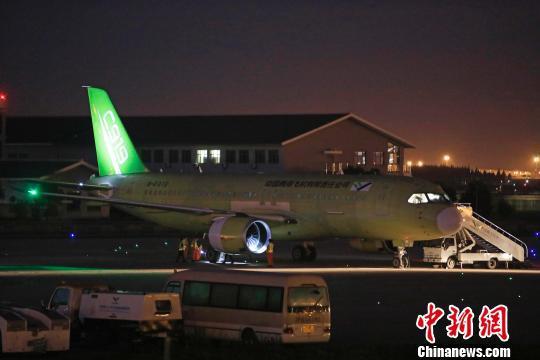飞行员对飞机进行航前检查。 殷立勤 摄