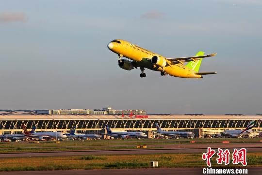 中国商飞C919大型客机104架机于5时32分从上海浦东国际机场第四跑道起飞。 殷立勤 摄