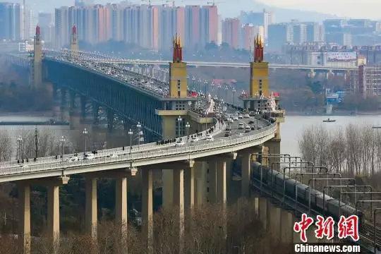 图为2018年12月29日中午12点,封闭维修了两年多的南京长江大桥恢复通车。 图片来源:中新网