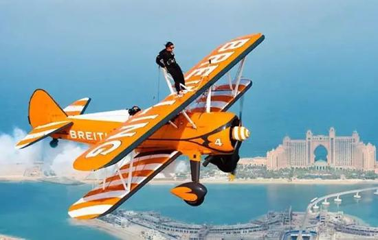 拉莉法站在飞机上。图据海湾时报