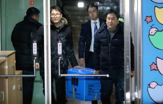 26日,韩国检方带走从青瓦台属下机构没收的物品。(韩联社)
