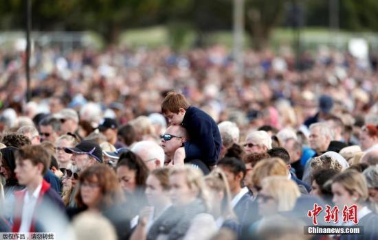 质料图:当地时间3月29日,新西兰在克赖斯特彻奇市哈格利公园举办国家留念典礼,致哀清真寺枪击案遇难者。图为留念典礼上,一名男孩儿坐在小孩儿肩上。