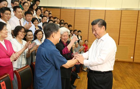 2016年9月9日,习近平看望慰问北京市和八一学校的教师学生代表。新华社记者 姚大伟摄