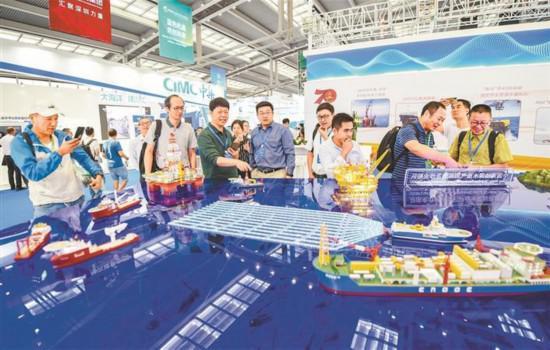 10月15日,2019中国海洋经济博览会在深圳开幕。图为中国海油深水油气田开发及作业船队模型吸引众多市民参观。 深圳特区报记者 何龙 摄