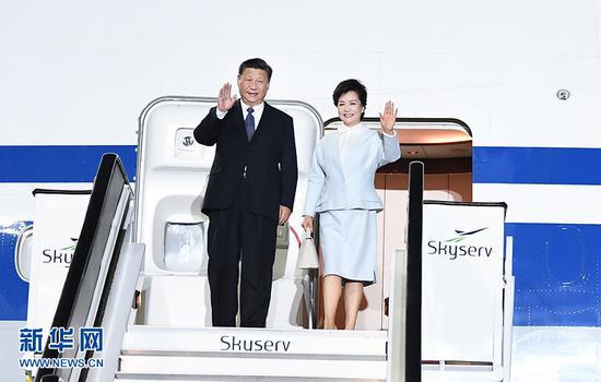 当地时间11月10日晚,国家主席习近平乘专机抵达雅典国际机场,开始对希腊共和国进行国事访问。这是习近平和夫人彭丽媛步出专机舱门。 新华社记者 谢环驰 摄