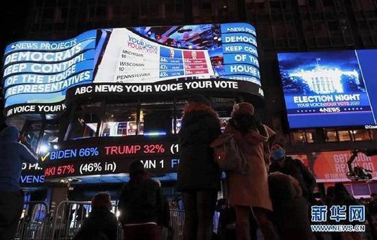 (图片表明:11月3日,人们在美国纽约时报广场不雅旁观实时计票效果。来源: 新华社记者 王迎 摄)
