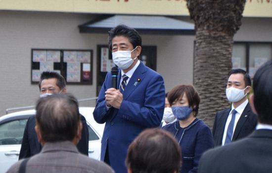 卸任后的日本前首相安倍晋三日前回到老家山口县为父亲扫墓,并已不息3天公开参添政治运动。