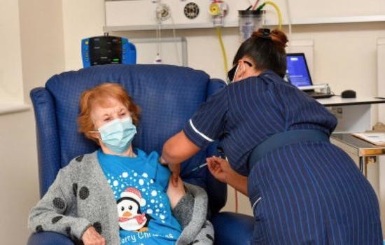 90岁的玛格丽特·基南在接种新冠疫苗