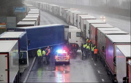 被困货车展现题目,英国警察前来