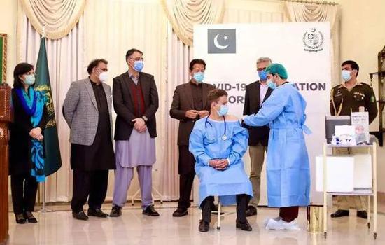 2日,巴基斯坦开启疫苗接种工作。图源:新华社