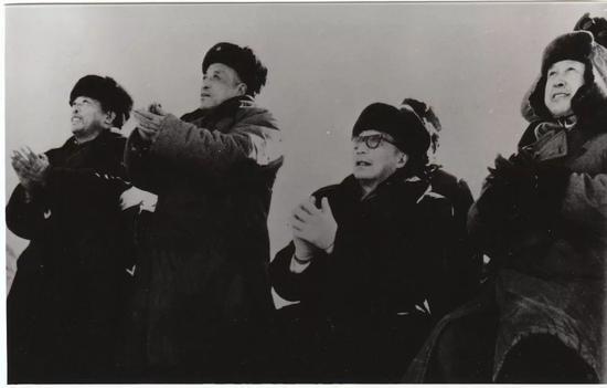 """△1966年10月,钱学森配相符聂荣臻布局实走了吾国首次""""两弹结相符""""试验,获得完善成功,把国防当代化建设向前推进了一大步。"""
