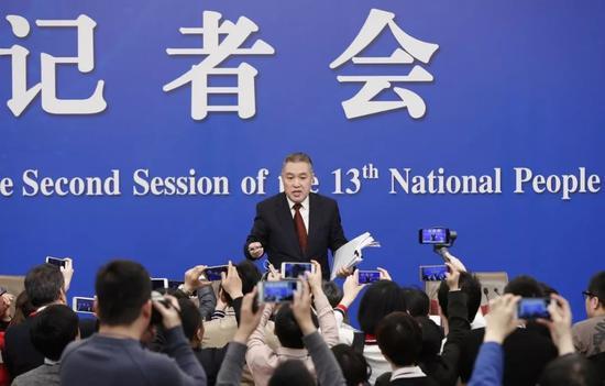 3月11日,新闻中心记者会结束后,张茅和记者交流。 新华社记者 沈伯韩 摄