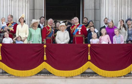 6月8日,在英国伦敦,英女王伊丽莎白二世(中)和王室成员在白金汉宫阳台上庆祝女王93岁生日。新华社发(雷伊·唐摄)