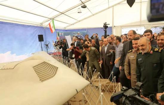 9月21日,在伊朗德黑兰,伊朗?#20102;估几?#21629;卫队司令萨拉米(前右一)参观被伊朗军方截获的无人机。新华社/法新