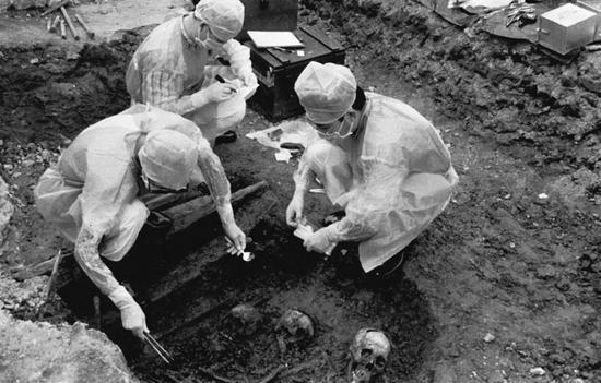 """1998年,中国人民解放军军事医学科学院的专家在现场取样。遗骨的发掘现场曾是侵华日军""""荣""""1644部队的细菌试验工厂。刘相云摄"""